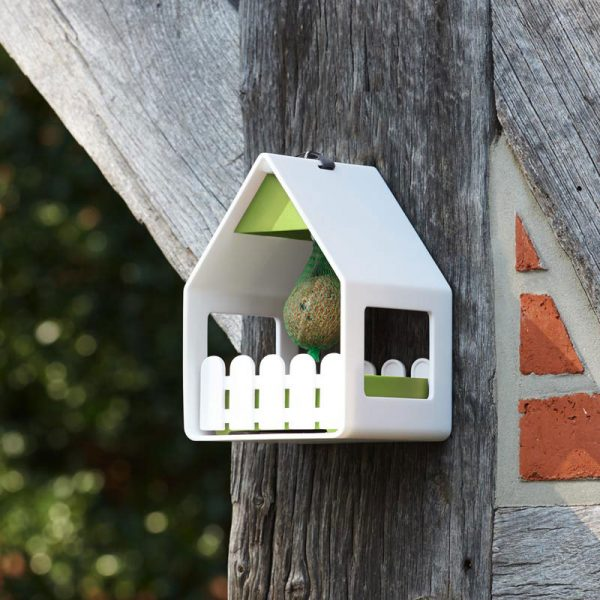 vogelvoederhuisje landhaus wit aan boom
